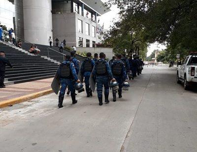 Antimotines prestos frente al Congreso ante eventuales incidentes
