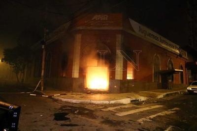 Inadaptados queman sede de la ANR y continúan incidentes en el microcentro