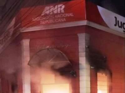 Prendieron fuego a la sede de la ANR tras fallido juicio político a Marito •