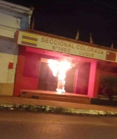 Desconocidos queman seccional colorada de Luque