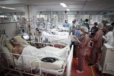 """""""Colapso"""": Brasil sufre la peor crisis sanitaria con los hospitales saturados y récord de contagios y muertes diarias por el coronavirus"""