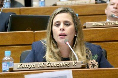 """Kattya afirma que los legisladores colorados """"defienden a un gobierno que legitimó la corrupción"""""""