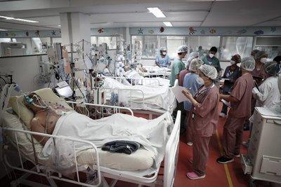 Brasil sufre la peor crisis sanitaria con los hospitales saturados y récord de contagios y muertes diarias por Covid