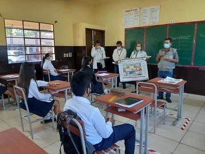 Con charlas, profesionales de blanco enseñan sobre el dengue y coronavirus