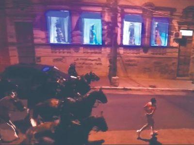 """Obligado a trotar frente a caballos de la montada en la calle: """"Les supliqué que paren"""""""