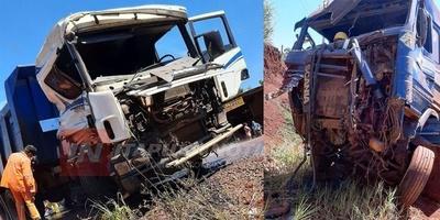 DOS CAMIONES DESTROZADOS TRAS FUERTE COLISIÓN EN SAN RAFAEL DEL PNA.