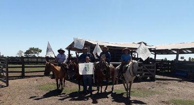 Impulsan el uso de banderas en vez de látigos para guía amigable del ganado
