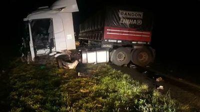 Choque entre camión y furgón deja un muerto