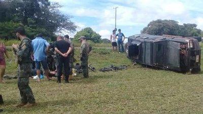 Vuelca camión militar en Yby Yaú