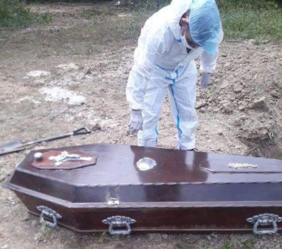 Desenterraron cuerpo del hombre que murió de Covid en Puerto Casado