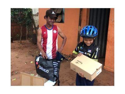 Ramoncito, el niño campeón en ciclismo, recibió un traje y celular