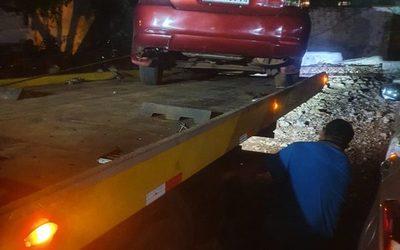 Atropellan vereda y abandonan vehículo, ocupantes estaban consumiendo bebidas alcohólicas