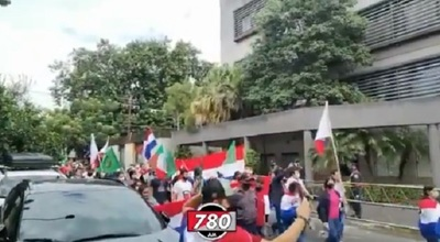 Campesinos y manifestantes cierran calles del microcentro
