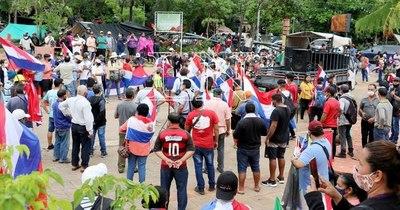 La Nación / Campesinos se movilizan en Asunción y piden la renuncia de Abdo
