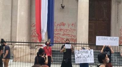 Quema de bandera y pintarrajeada del Panteón: audiencia para una imputada