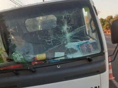 Chofer de micro le reventó su camioncito a un trabajador