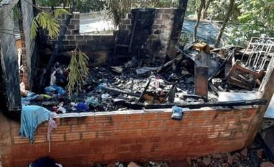 Vivienda quedó reducida a cenizas tras incendio provocado por una vela