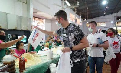 Wiens y González entregan bolsas biodegradables en feria de CDE