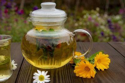 Con esta receta de té de hierbas te sentirás menos estresada