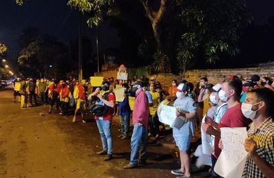 Operadores de diputado Noguera se manifiestan contra Gobernador de Guairá