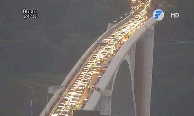 Interminable fila de vehículos sobre el puente de la Amistad