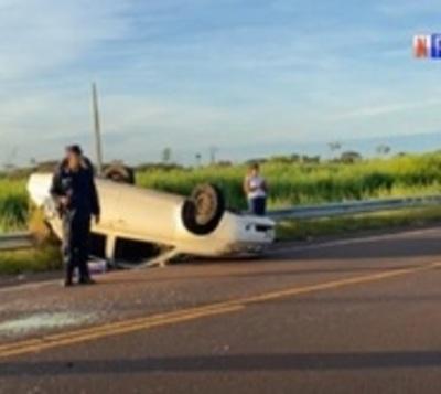 Menor muere tras vuelco de vehículo