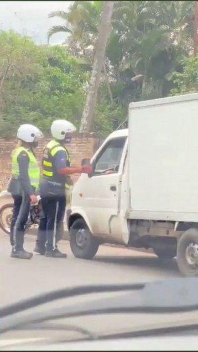 Abrirán sumario a policías de tránsito que aceptaron coima