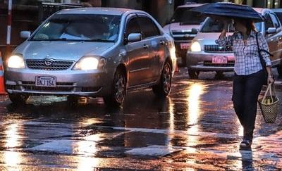 Anuncian que las lluvias continuarán este domingo de forma dispersa