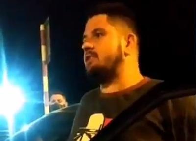 Hombre se resiste a una barrera policial en la Costanera de Asunción