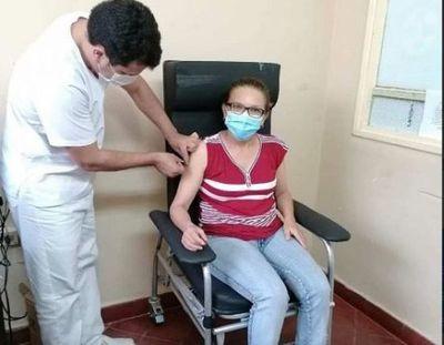 Salud Pública prosigue con la inmunización contra la covid-19 al personal de blanco