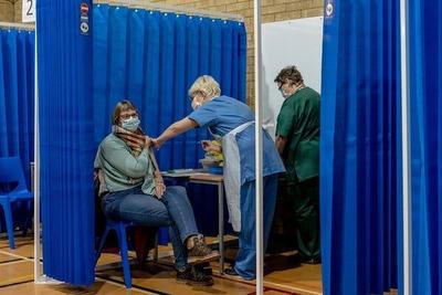 Reino Unido registra importante descenso de contagios y muertes con vacunación a ritmo récord