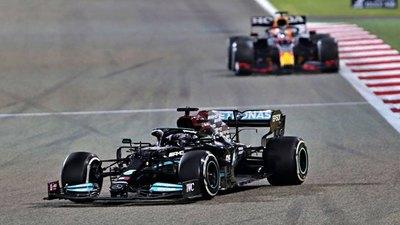Hamilton se impone a Verstappen en un final de película