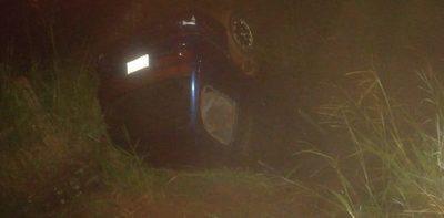 Hombre fallece al caer con su vehículo a arroyo