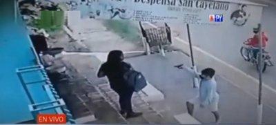Motochorros asaltan a una joven que aguardaba por el ómnibus