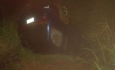 Volcó tras perder el control de su vehículo, cayó a un arroyo y murió