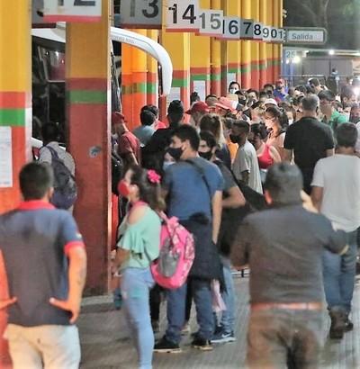 """""""En el interior por lo menos tenemos comida"""" dicen indignados y violan limitación de tránsito"""