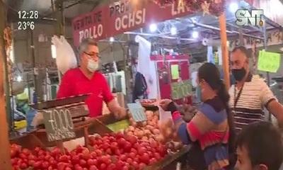 Trabajadores de mercados no acatan nuevas restricciones ante la necesidad