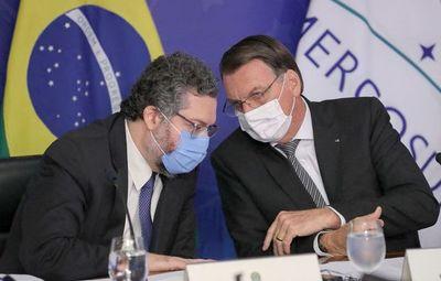 Bolsonaro bajo presión: dimiten  ministros claves