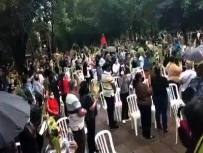"""""""La gente busca fortalecer su fe"""", justifica sacerdote tras aglomeración en misa · Radio Monumental 1080 AM"""