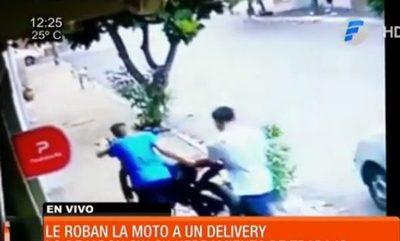 Roban moto a delivery en barrio Obrero