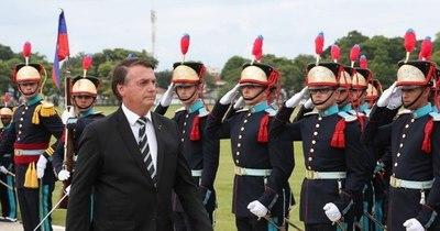 La Nación / Bolsonaro releva a la cúpula de las Fuerzas Armadas