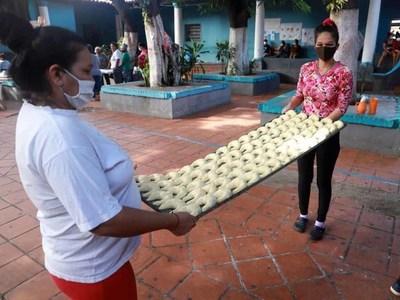 Mujeres del Buen Pastor donaron chipas para familiares de pacientes