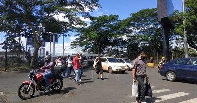 La Nación / Brasileños siguen pasando a Ciudad del Este, pero llegan solo a algunos comercios