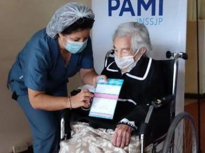 Paraguaya de 113 años que venció al COVID recibió vacuna rusa