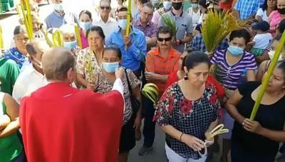 """Honduras: Sacerdote arrancó del rostro de dos feligreses el tapabocas por considerarlo una """"babosada"""""""