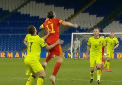 Bale aplica un codazo y celebran en redes