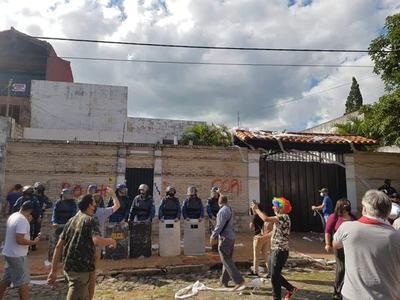 Escrachadores de jueza Hilda Benítez yerran de objetivo y crean disturbios frente a vivienda de la madre de la magistrada