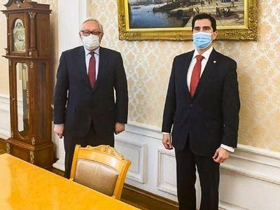 Federico González viaja a Rusia para conseguir más vacunas
