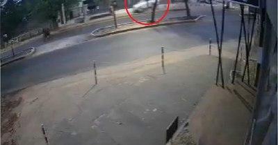 La Nación / Otorgan arresto domiciliario a conductora que atropelló y mató a joven madre en parada de bus
