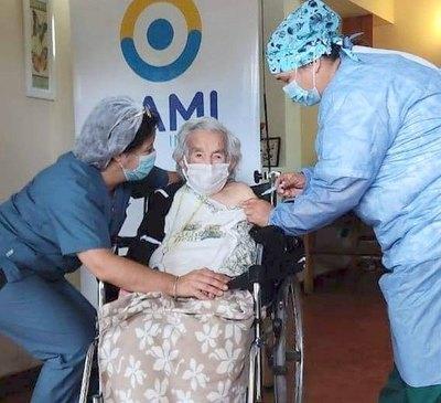 Crónica / Tiene 113 años, venció al virus y ya se vacunó
